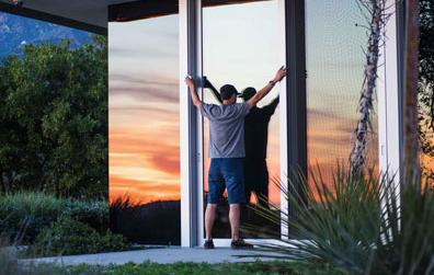 Bent u veel op uw terras te vinden? Dan is een glazen schuifwand wel iets voor u. Deze wand is volledig van glas, zonder kader en bedoeld voor een veranda.