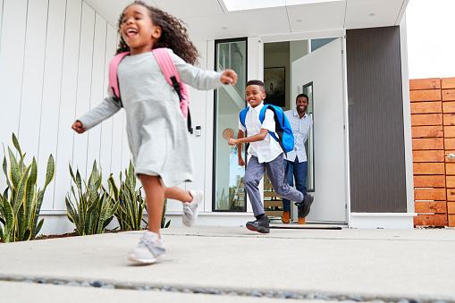 Kinderen rennen uit de voordeur naar buiten